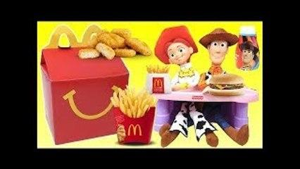 Toy Story 4 Woody y Jessie Comen Happy Meal de Mcdonalds con Hamburgesa y Papas Fritas